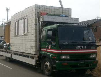 セキスイハイムのユニットをトラックで運ぶ画像