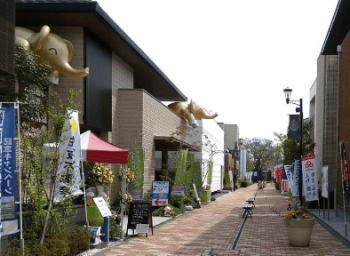 ハウジングプラザ瀬田のレンガ敷きの通りの画像