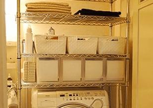 洗濯機上にスチールラックを設置して引き出しを置いた画像