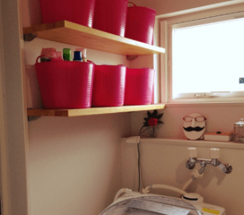 洗濯機上に棚二枚を設置した画像