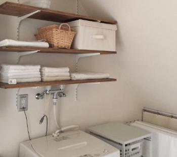 洗濯機上の空間に棚をL字金物で設置した画像