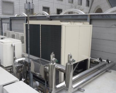 空冷ヒートポンプチラーユニット屋上設置の画像