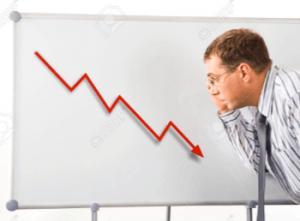 ホワイトボードの金利推移グラフを見る男性の画像