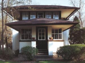 軒の深い寄棟屋根の左右対称なデザインの家の画像