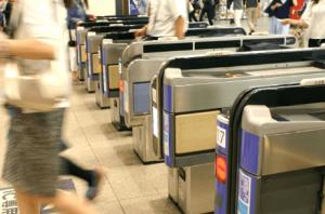 電車通勤で自動改札を通る画像