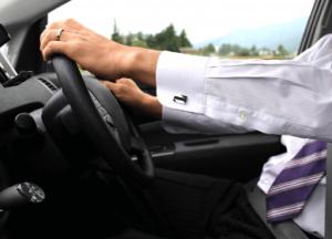 マイカー通勤で車を運転する男性の画像