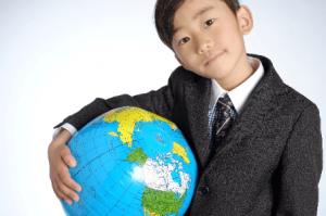 転校を前向きに捉える地球儀を持った子供の画像