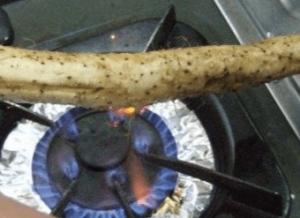 ガスコンロで山芋のヒゲを炙る画像
