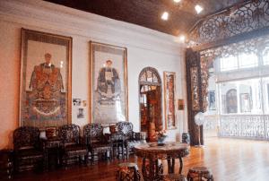 豪邸のホールに絵画が飾られている画像