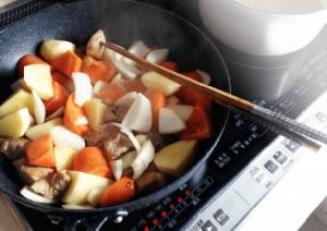 IH調理器でカレーの食材を炒める画像