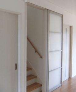 リビング階段にモダンなデザインの引き戸を設置した画像