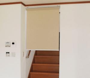 リビング階段にロールスクリーン(ベージュ)を設置した画像