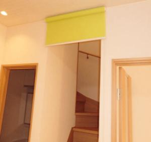 リビング階段にロールスクリーン(黄色)を設置した画像
