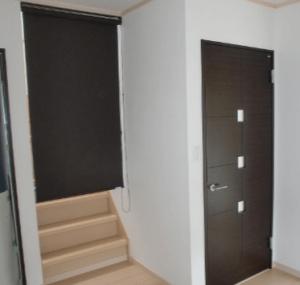 リビング階段にロールスクリーン(茶色)を設置した画像