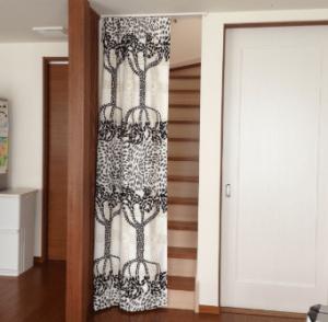リビング階段にカーテンを設置した画像