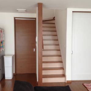 リビング階段にカーテンを設置する前の画像