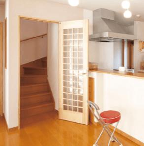 リビング階段にドア(片開き戸)を設置した画像