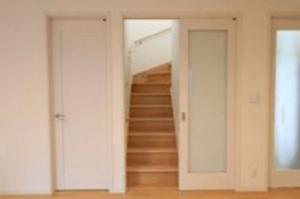 リビング階段に引き戸を計画して設置した画像