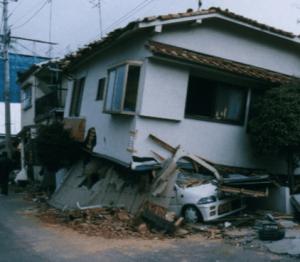 阪神淡路大震災で倒壊した在来工法住宅の画像