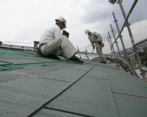 カラーベストグラッサシリーズ屋根材の工事をしている画像