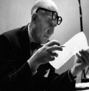 ル・コルビジェ(le corbusier)のスケッチを眺める画像