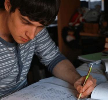 一級建築士の勉強をしている人の画像