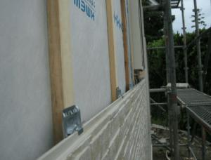 外壁サイディング施工途中の家の画像