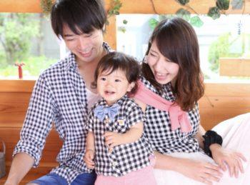 夫婦と子供の3人家族の画像