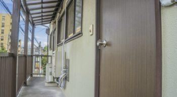 アパートの茶色い玄関の画像
