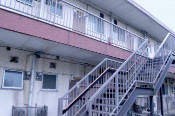 アパートの階段の画像