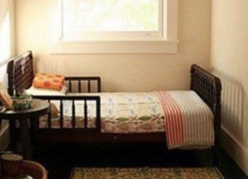 ベッドがちょうど入る広さの子供部屋の画像