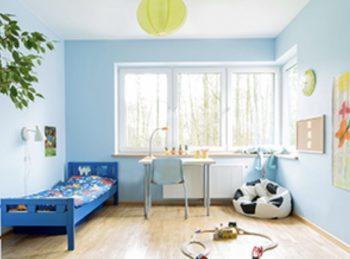 水色の壁紙の子供部屋の画像