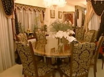 デヴィ夫人邸のダイニングテーブルの画像