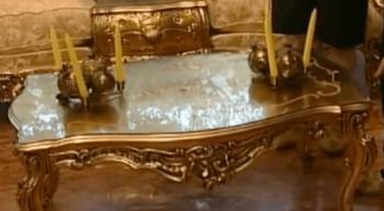 デヴィ夫人の4000万円のローテーブルの画像