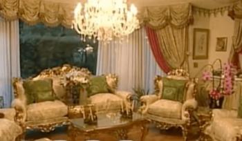 デヴィ夫人のリビングのソファの画像