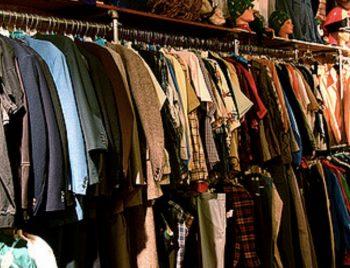 古着の革ジャケットやネルシャツを掛けてある画像