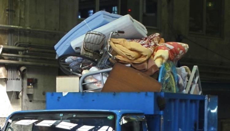 トラックに引っ越しで出た不用品を積んでいる画像