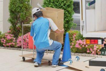 引越しの搬入作業の画像
