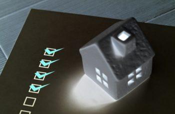 家の模型と諸費用チェックシートの画像