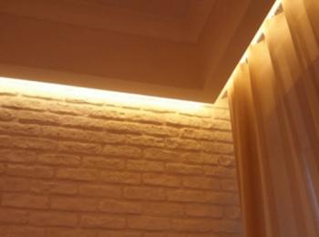 タイル仕上げ壁の間接照明の画像