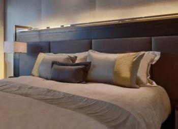 寝室の家具上間接照明の画像