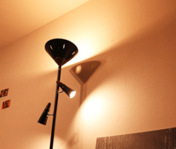 スタンド間接照明LEDフロアーライト・シスベックアッパーリモートを見上げた画像