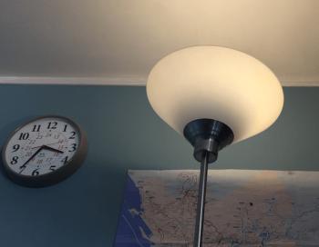 IKEAのスタンドタイプの間接照明の画像