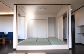 小上がり和室をリビング中央に配置した間取りの画像