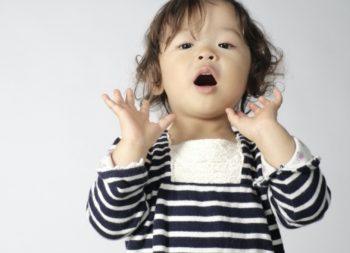 子供がおしゃれな服を着ている画像