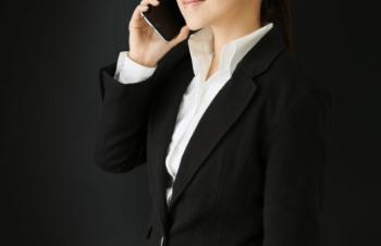 交渉をする女性の画像