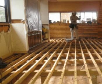 ガス給湯式床暖房の後から施工で床を撤去した画像