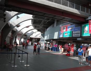 マツダスタジアムの回遊性・循環性がわかる通路の画像