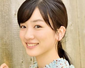 永野芽郁の清楚なイメージの笑顔画像