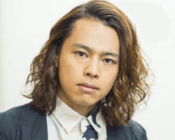 中川晃教の茶髪ソバージュでカメラ目線の画像